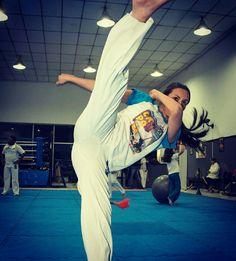Capoeira é pra homem, menino e mulher.  Grupo Capoeira Brasil.  Capoeira luta e arte.
