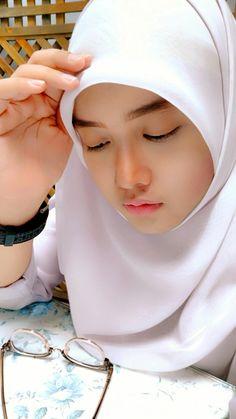 Pin Image by Hijabi Smart Hijab Dp, Hijab Chic, Hijabi Girl, Girl Hijab, Muslim Girls, Muslim Women, Beautiful Hijab, Beautiful Asian Women, India Beauty