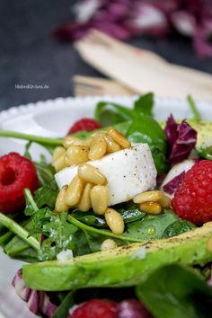 Gemischter Blattsalat mit Avocado, Ziegenfrischkäse & Himbeeren