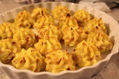 Bagte kartoffeltoppe med bacon og parmesan.