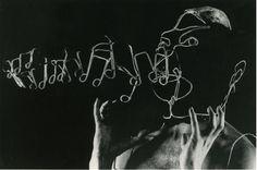 Un saxophoniste, deux danseuses. un guitariste flamenco, une boîte à rythmes et Philippe VON MAGNET, le chanteur-performer le plus étrange du moment. Un show visuel époustouflant pour une grande première TRANS 87.
