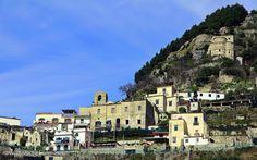 Nello storico palazzo vescovile ha sede il R&B L'ANTICO EPISCOPIO, sovrastato dalla monumentale Basilica di S. Eustacchio in Pontone nel Scala, Campania