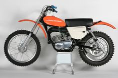 The Harley-Davidson was a lethal weapon in its class and Harley-Davidson even had a motocross team consisting of Rex Staten, Don Kudalski, and Marty Tripes; All three riders were successful on the before the motocross effort was shelved Harley Dirt Bike, Amf Harley, Motorcycle Dirt Bike, Motocross Bikes, Vintage Motocross, Dirt Bikes, Motos Vintage, Vintage Cycles, Vintage Bikes
