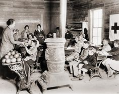 Students in a one-room school near Sunflower, Mississippi receive grapefruit from Red Cross disaster relief during the drought that devastated the regions agriculture. Photo by Lewis Hine. Vintage Pictures, Old Pictures, Old Photos, Old School House, School Days, School Buses, School Memories, Mississippi, Country School