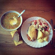 Canteen(食堂)の日替わり定食的な食事ができる場所がどんど減ってきていて、少しさみしいです。はじめてリトアニアに来た頃は、街の中心のモダンなカフェでも厨房でおばちゃんたちが作っているような本日のスープが食べられましたが、今はみんな何だか小洒落てしまいました。。今日は、去年の夏に見つけた地元の人しか行かないような寂れた食堂まで行ってきました。お腹いっぱい、こちらで4ユーロ弱。壁の色はピンク。厨房では明日のための仕込みが始まっていて、じゃがいもが山盛りでした。これからも営業し続けてほしいです。  #Vilnius #lithuania #moment #lunch #canteen #soupoftheday