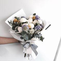 "1,885 Likes, 4 Comments - 플로리스트 이주연 florist Lee Ju Yeon (@vanessflower) on Instagram: "". . #화이트데이꽃선물 #화이트데이꽃다발 . . 이번 화이트데이엔 정말 화이트가 많이 나간듯 . . #lesson #Order Katalk ID vaness52…"""