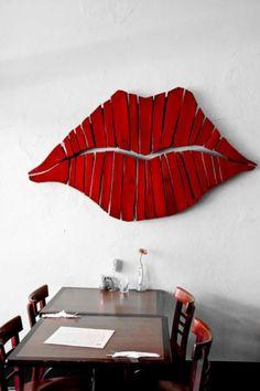 Wow, was für eine Statement-Wanddekoration. Der Kussmund ist ein absoluter Hingucker und kann definitiv mit einem Bild oder Poster mithalten! #kiss #lips #redlips #interior #interiordesign #dekoration