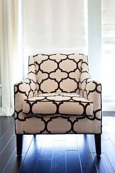 black and white chairs Formal Living Rooms, My Living Room, Living Room Chairs, Dining Room, Black And White Chair, White Chairs, Patterned Chair, Fabric Houses, Palette