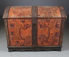 Liten rosemalt kiste, Eggedal 1700 tallet. Dekorert innv. i lokket. L: 95 cm. Nylaget fot. Prisantydning: ( 2000 - 3000) Solgt for: 3200