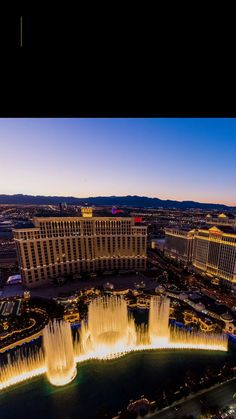 If you want to have an incredible experience in the entertainment city, check out our recommendations for the 10 best places to visit in Las Vegas! Las Vegas Usa, City Aesthetic, Most Visited, Live Wallpapers, Amazing Destinations, Marina Bay Sands, Cool Places To Visit, The Good Place, Beautiful Places