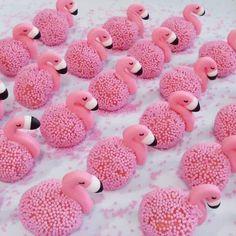 Pretty & Yummy Flamingo Cakes 💖😍 💋 in 2019 Flamingo Cupcakes, Pink Flamingo Party, Flamingo Birthday, Pink Flamingos, Flamingo Top, Aloha Party, Tropical Party, Cake Pops, Eat Cake