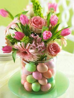 Coole Ostertischdeko zum Selbermachen mit einer Vasen und bunten Ostereiern