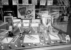 Vitrine de papeterie. Paris, 1955.