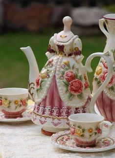 victoria coffee set 1 pot 2 cup and saucer from Reliable Coffee & Tea Tea Cup Saucer, Tea Cups, Decoration Shabby, Keramik Vase, Teapots And Cups, My Cup Of Tea, Chocolate Pots, Vintage China, Vintage Teacups