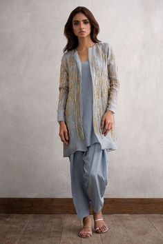 Shop online formal clothes in various designs and styles at the best prices form Nida Azwer. Our formal collection includes Light and heavy formal clothes. Indian Attire, Indian Wear, Indian Outfits, Pakistani Dresses Casual, Pakistani Dress Design, Indian Formal Dresses, Kurta Designs, Blouse Designs, Dress Indian Style