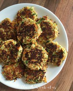 Hella & houkutus: Lisää kasviksia viikkoon: Helpot halloumi-kasvispihvit Halloumi, Sprouts, Zucchini, Keto, Vegetables, Drinks, Food, Drinking, Beverages