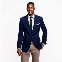 Acheter la tenue sur Lookastic:  https://lookastic.fr/mode-homme/tenues/blazer-chemise-de-ville-pantalon-chino-cravate-/251  — Blazer bleu marine  — Chemise de ville blanc  — Cravate noir  — Pochette de costume blanc  — Pantalon chino brun clair