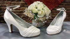 Estos zapatos de novia, en blanco roto, es de otra temporada, pero vienen chicas con la fotografía y se siguen haciendo. Este modelo no tiene pulsera, pero hay muchas novias que se la ponen para estar más sujetas ese día.