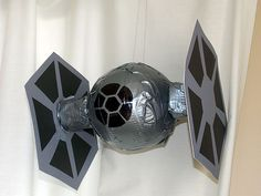 D.I Y Star Wars themed Party Ideas. Free Downloadable light saber invitations, make your own Tie-fighter spaceships, napkin holders,and more decor ideas. Decoracion Star Wars, Tema Star Wars, Aniversario Star Wars, Star Wars Classroom, Star Wars Crafts, Fandom Jewelry, Star Wars Halloween, Star Wars Day, Star Wars Birthday
