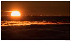 Sunrise  |  Lever de soleil sur le Hohneck - Sunrise on the Hohneck   |  La plaine d'Alsace est recouverte d'une épaisse chape de brume . Le soleil qui ne va pas tarder à se lever va produire un spectacle incroyablement beau