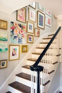 Crush: Hanging Art in the Stairwell Beautiful inspiration photos and tips for creating a gallery wall in the stairwell.Beautiful inspiration photos and tips for creating a gallery wall in the stairwell. Escalier Art, Stair Walls, Stair Wall Decor, Stairwell Wall, Hallway Art, Stair Landing Decor, Diy Casa, Interior Decorating, Interior Design