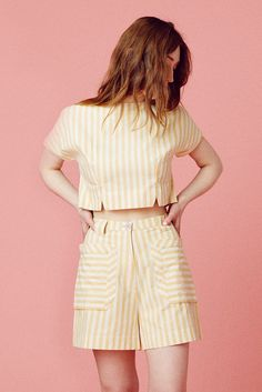 Channel the sunshine with this yellow striped blouse, slightly cropped to keep you cool in the summer heat. Boat neck shape with vents at hem line. Lavender buttons close up the center back. Stylish Dresses, Simple Dresses, Trendy Outfits, Fashion Dresses, Cute Outfits, Dress Casual, Cute Fashion, Look Fashion, Korean Fashion