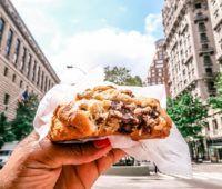 Les meilleurs cookies de New York à Levain Bakery. Plus d'infos sur mon blog voyage We Love New York en cliquant sur le lien :)