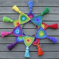 Transcendent Crochet a Solid Granny Square Ideas. Inconceivable Crochet a Solid Granny Square Ideas. Crochet Bunting Pattern, Crochet Garland, Crochet Motifs, Crochet Decoration, Crochet Patterns, Knitted Bunting, Triangle En Crochet, Crochet Squares, Granny Squares