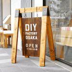 ソーホースブラケットは作業台づくりなどに便利なアイテム。しかしテーブルやベンチ以外にも様々な使い道があり、工夫すればおしゃれに仕上げることもできます。今回はソーホースブラケットDIY方法からアイデアまでをまとめてみました。 Shop Signage, Sign Display, Decor Crafts, Home Decor, Osaka, Paper Shopping Bag, Coffee Shop, Signs, Sandwich Boards
