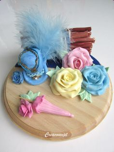 Polymer clay Steampunk hat and roses - Composition florale chapeau steampunk, roses, ombrelle et fagot de bois http://www.alittlemarket.com/boutique/creaconcept-899765.html