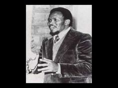 Sept 1977 Steve Biko died in Police Custody after being beaten & tortured. An anti-apartheid activist in South Africa. He died in a prison cell after numerous torturing acts. Biko was an international protest to the South African government. Peter Gabriel, Pretoria, Steve Biko, Afro, Black Leaders, Apartheid, Black History Facts, African Diaspora, Great Leaders
