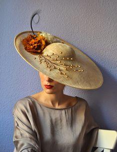 Pamela tipo plato de 50cm en crudo con decoración de ramajes con bolas en dorado, hortensias preservadas en crudo y ocre, pluma de fais...