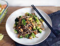 Soba Nudle s Brokolicí, Ořechy a Tempehem | Veganotic Tempeh, Japchae, Food Inspiration, Vegan Recipes, Paleo, Food And Drink, Cooking, Ethnic Recipes, Food Ideas