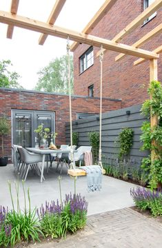 Een schommel in de tuin is leuk voor de kids en zorgt voor een gezellige sfeer Pergola Design, Diy Pergola, Patio Design, Pergola Garden, Small Pergola, Modern Pergola, Modern Backyard, Garden Seating, Small Backyard Landscaping