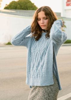 1703 Lune favoritter. Strikket Flettegenser med splitt Creative Knitting, How To Purl Knit, Pullover, Knitwear, Girl Fashion, Turtle Neck, Beautiful Women, Street Style, Sweaters