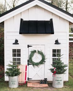 What a great idea for decorating your she shed! Festive greenery and classic holiday decoration turn this she shed into a winter wonderland. A simple wreath can go a long way in spreading christmas cheer! A great idea for the elf on a shelf too! Farmhouse Garden, Farmhouse Style, Farmhouse Decor, Modern Farmhouse, Farmhouse Design, Farmhouse Sheds, White Farmhouse, White Cottage, Rustic Modern