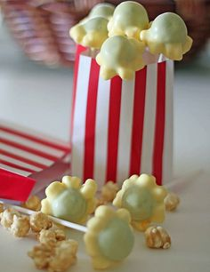 A Cupcake or Two: Popcorn Cake Pops. These are a great idea but it looks like they used the wrong color cake Cake Pops, Popcorn Cake, Pop Popcorn, Oreo Popcorn, Sweet Popcorn, Yummy Treats, Sweet Treats, Healthy Treats, Do It Yourself Food
