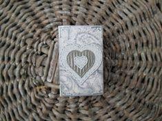 Liten fyrstikkeske med hjerte som glitrer Money Clip, I Shop, Wallet, Pictures, Pocket Wallet, Handmade Purses, Money Clips, Diy Wallet, Purses