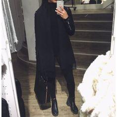 All black. Boots / Bottine. Scarf / écharpe.