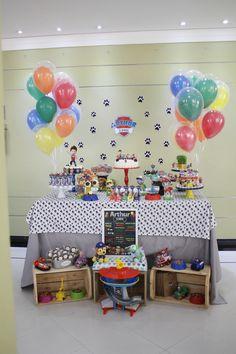 Essa festa da Patrulha Canina é uma ideia muito legal de festa fácil e prática de montar com acessórios criativos. A mesa foi decorada apenas com papelaria criativa e alguns suportes de bolo e doce…
