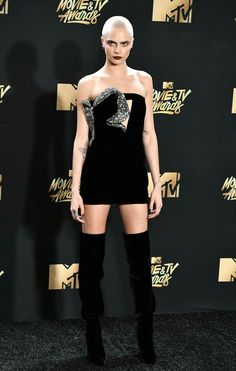 See the most talked about red carpet looks from the MTV Movie Awards including Cara Delevingne and Millie Bobby Brown. Cara Delevingne Bald, Cara Delevingne Style, Mtv Movie Awards 2017, Tv Awards, Music Awards, Bald Women, Cultura Pop, Red Carpet Looks, Bobby Brown