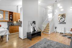 Olohuoneen yhteydessä on keittiö ja ruokailutila. Olohuoneesta pääsee suurelle katetulle parvekkeelle, josta on hauskat kierreportaat omalle pihalle. Divider, Room, Furniture, Home Decor, Bedroom, Rooms, Interior Design, Home Interior Design, Arredamento