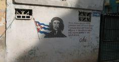 """Pichação com imagem de Che Guevara em área degradada de Havana (Cuba); na viagem de Fernando Morais para escrever """"A Ilha"""", em 1975, mensagens políticas em outdoors eram bem mais comuns no pais, mas hoje são mais raras"""