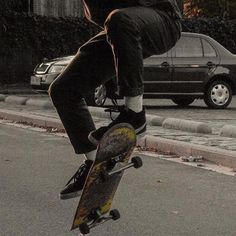 Skateboard outfit here is how to don the trend. Aesthetic Grunge, Retro Aesthetic, Skater Boys, Mo S, Skateboards, Skateboard Art, Surfboard Art, Thrasher, Look Cool