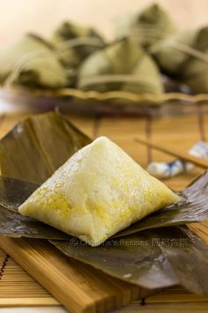 I reckon this pyramid shaped sticky rice dumpling is the most beautiful one. It's the traditional shape mostly made by Hong Kong people. How To Wrap a Pyramid Shaped Sticky Rice Dumpling (五角糉 + Video) Renna Tyler Yummy Recipes I reckon thi Chinese Chicken Recipes, Easy Chinese Recipes, Asian Recipes, Cooking Chinese Food, Asian Cooking, Tamales, Rice Dumplings Recipe, Chinese Sticky Rice, Christine's Recipe