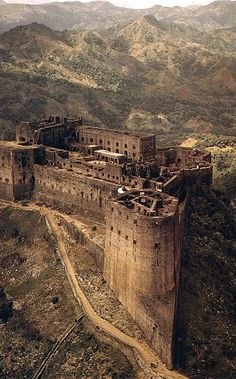 The Citadel, Laferriere, Nothern Haiti. One of the most awe inspiring, yet creepy place. The workers were made to build until they dropped. Also called Christophe's Castle after a nasty dictator -king who ruled Haiti in the late or so. Abandoned Mansions, Abandoned Buildings, Abandoned Places, Chateau Medieval, Medieval Castle, Castle Ruins, Beautiful Castles, Beautiful Places, Places Around The World