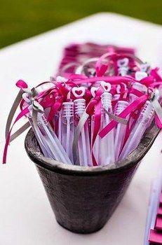Nous aurons des bulles à notre sortie d'église! Accessoires pour réussir votre mariage sur http://yesidomariage.com