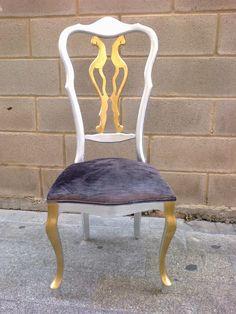Antigua silla restaurada  en pan de oro y plata, y tapizada color topo, con tela de Casamance
