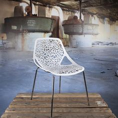 Caprice tube eetkamer stoel wit  Specificaties   zithoogte47 cm.   Zitvlak: 52 x 42 cm.   hoogte totaal: 81 cm.   Zitting:kunststof.   onderstel: verchroomd staal.    Voorwaarden   Levertijd:indien voorradig, voor 15:00
