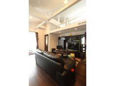Onocom Design Center 鉄骨2階の天井を勾配天井にして、空間を広げました。既設梁もブレスも空間にとりいれて・・・!